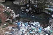 النفايات تأكل نهر قاديشا... والمسؤولون نيام