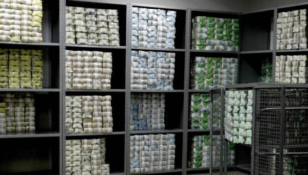 مصرف لبنان 'يدمّر' الليرة وينقذ المصارف من الدَين العام