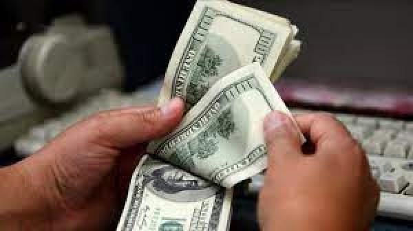 تثبيت سعر الصرف مع «رَشِّة» دولارات للمودعين