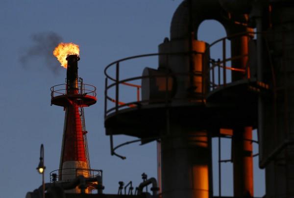 بعد مسيرة صعود.. أسعار النفط تتراجع وتعود إلى المنطقة الحمراء