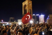 ««فورين أفيرز»: من الهاشتاج إلى المأذنة.. كيف احتشد الأتراك ضد الانقلاب؟ا