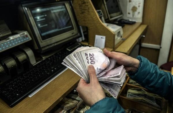 الليرة التركية تخسر 2.5 بالمائة أمام الدولار لمستوى قياسي جديد