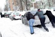 ماذا تفعل إذا عَلِقَت سيارتك في الثلج؟